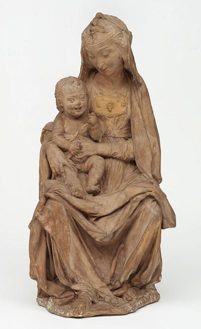 Estátua da Virgem com o menino Jesus a rir